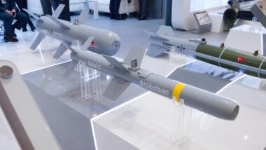 """Auf dem Foto snd drei verschieden große Raketen in den Farben grau und grün zu sehen, sie tragen die Aufschrift """"roektsan""""."""