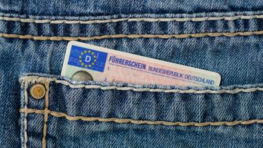 Ein Führerschein in einer Jeanstasche