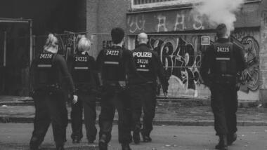 Eine Gruppe von Polizistinnen von hinten fotografiert.