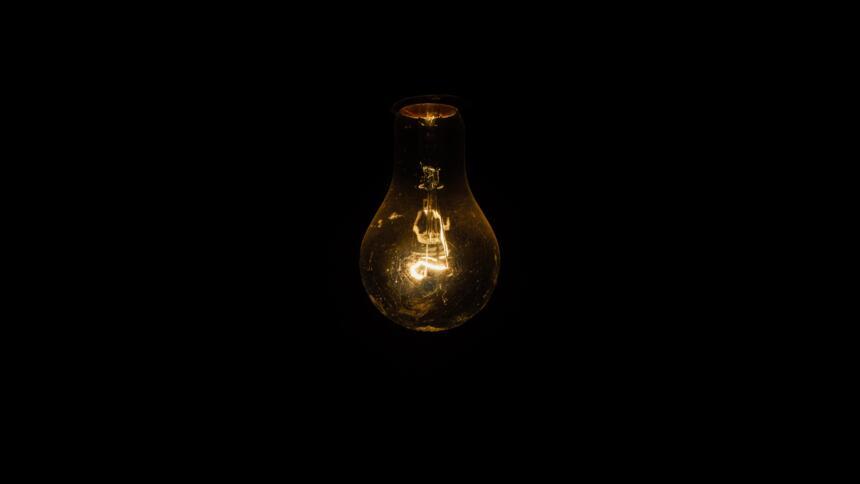 Leuchtende Glühbirne im Dunklen