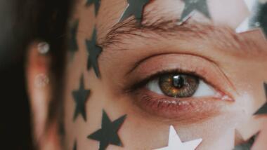 Gesicht mit Sternen