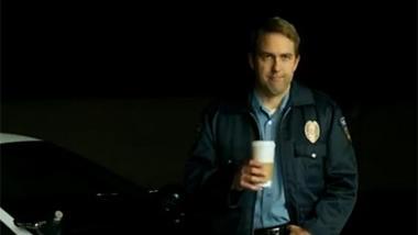 """Dank PreCrime-Software von IBM wartet der Cop mit Kaffee am Tatort (Screenshot von einem IBM-Werbefilm für das System """"Blue Crush"""")."""