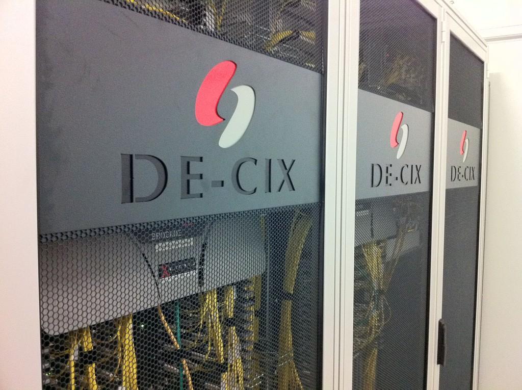 Ein Rack im wichtigen Internet-Austauschknoten DE-CIX. CC BY-SA 2.0, via flickr/Stefan Funke