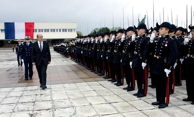 Verteidigungsminister Le Drian bei einer Parade in der École polytechnique