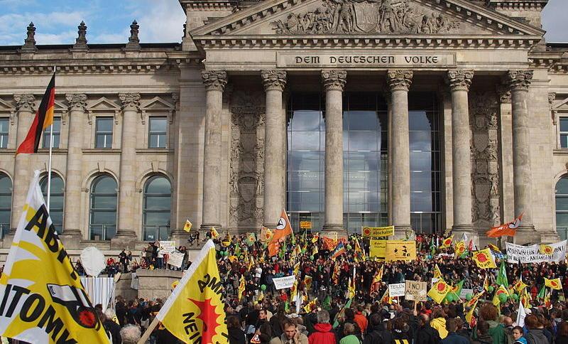 """Könnten vom Inlandsgeheimdienst als """"Extremisten"""" gespeichert werden: Teilnehmende an einer Anti-Atom-Demo in Berlin."""