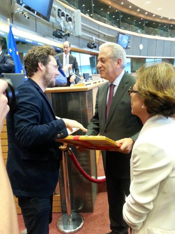Jan Albrecht übergibt Avramopoulos einen gerahmten Auszug des EuGH-Urteils. Bild: Ralf Bendrath.