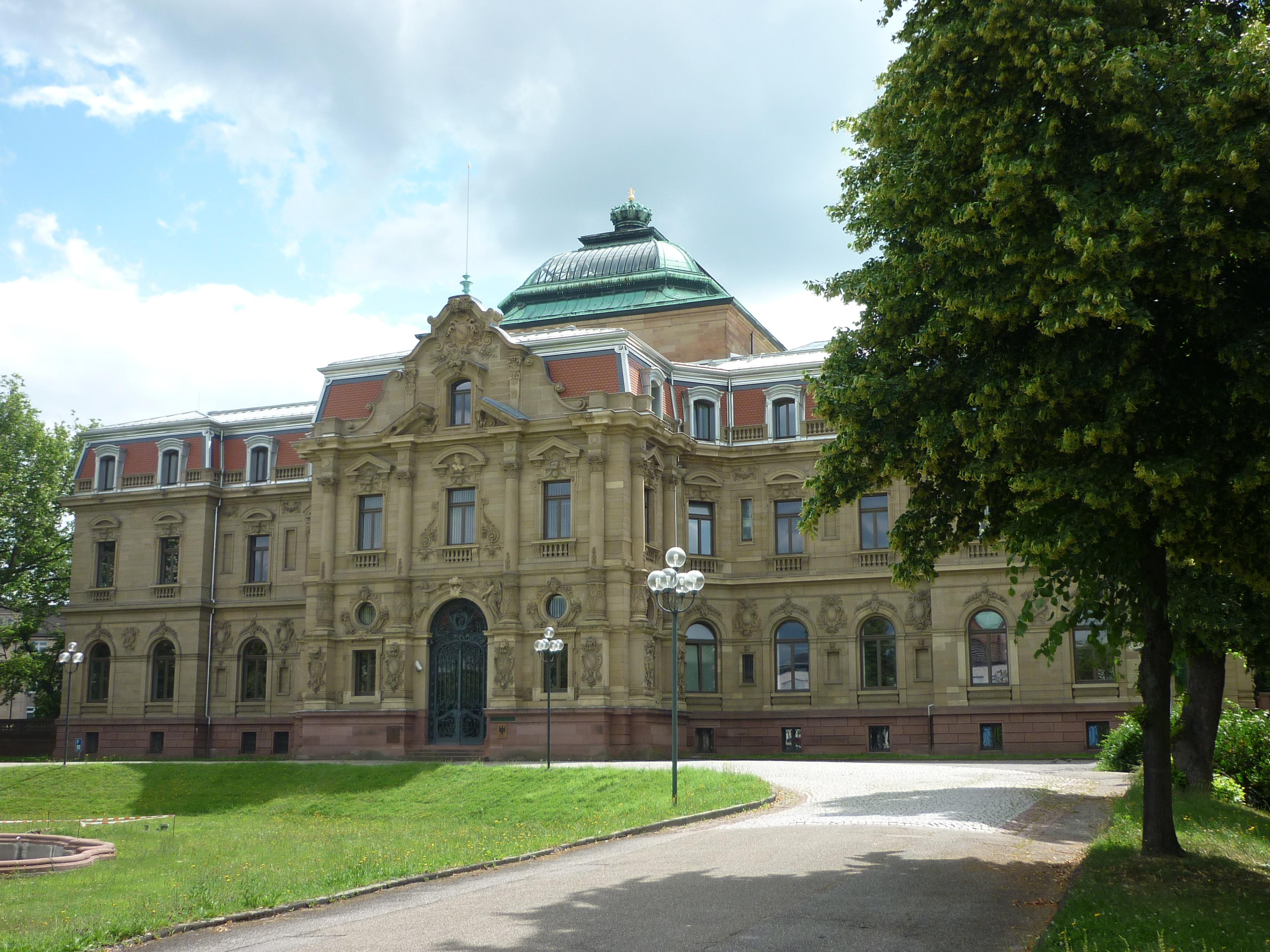 Hauptgebäude des Bundesgerichtshof, Karlsruhe. Bild: ComQuat. Lizenz: Creative Commons BY-SA 3.0.
