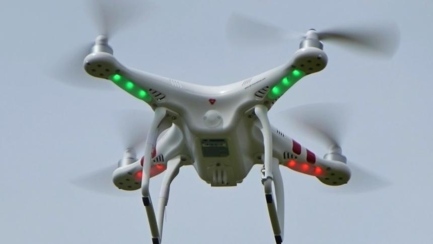 """In der Nähe von Atomkraftwerken, Flughäfen und staatlichen Repräsentanzen unbeliebt: Die populäre """"Phantom""""-Drohne von DJI."""