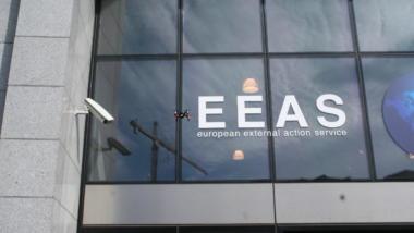 Wunderbare Aktion bei Freedom Not Fear 2013 in Brüssel: Ein Quadrokopter beim Auswärtigen Dienst, der im Dezember über EU-Drohnen beschließen lassen will