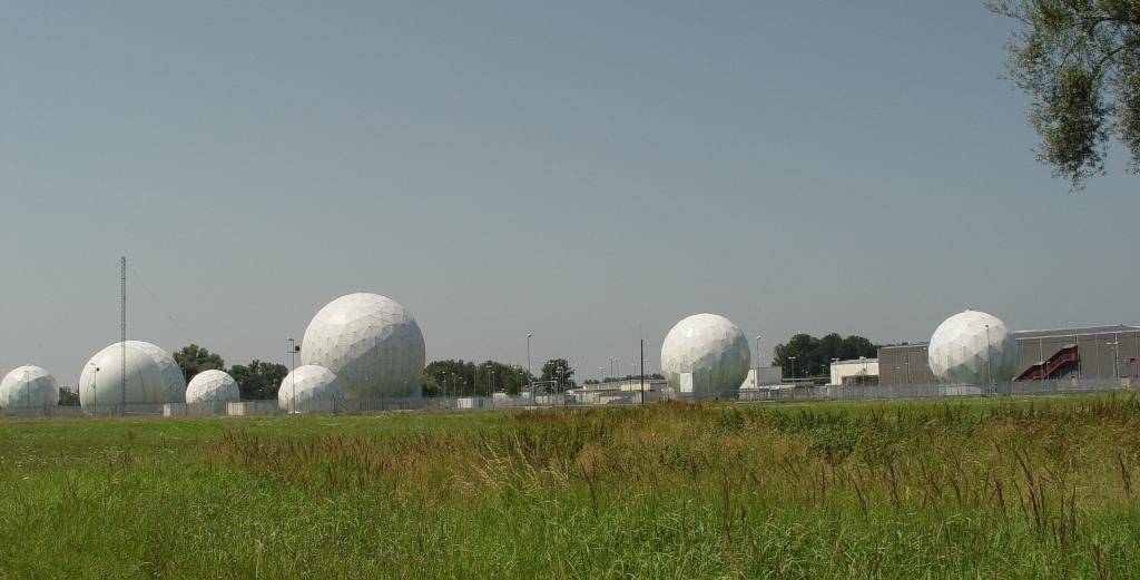 Radarkuppeln der ehemaligen Echelon Field Station 81 in Bad Aibling, Bayern.