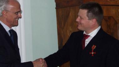 Georg Greve bekommt das Bundesverdienstkreuz überreicht