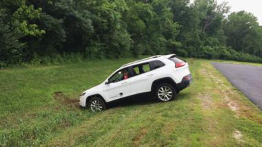 Auto wird ferngesteuert in Graben gelenkt