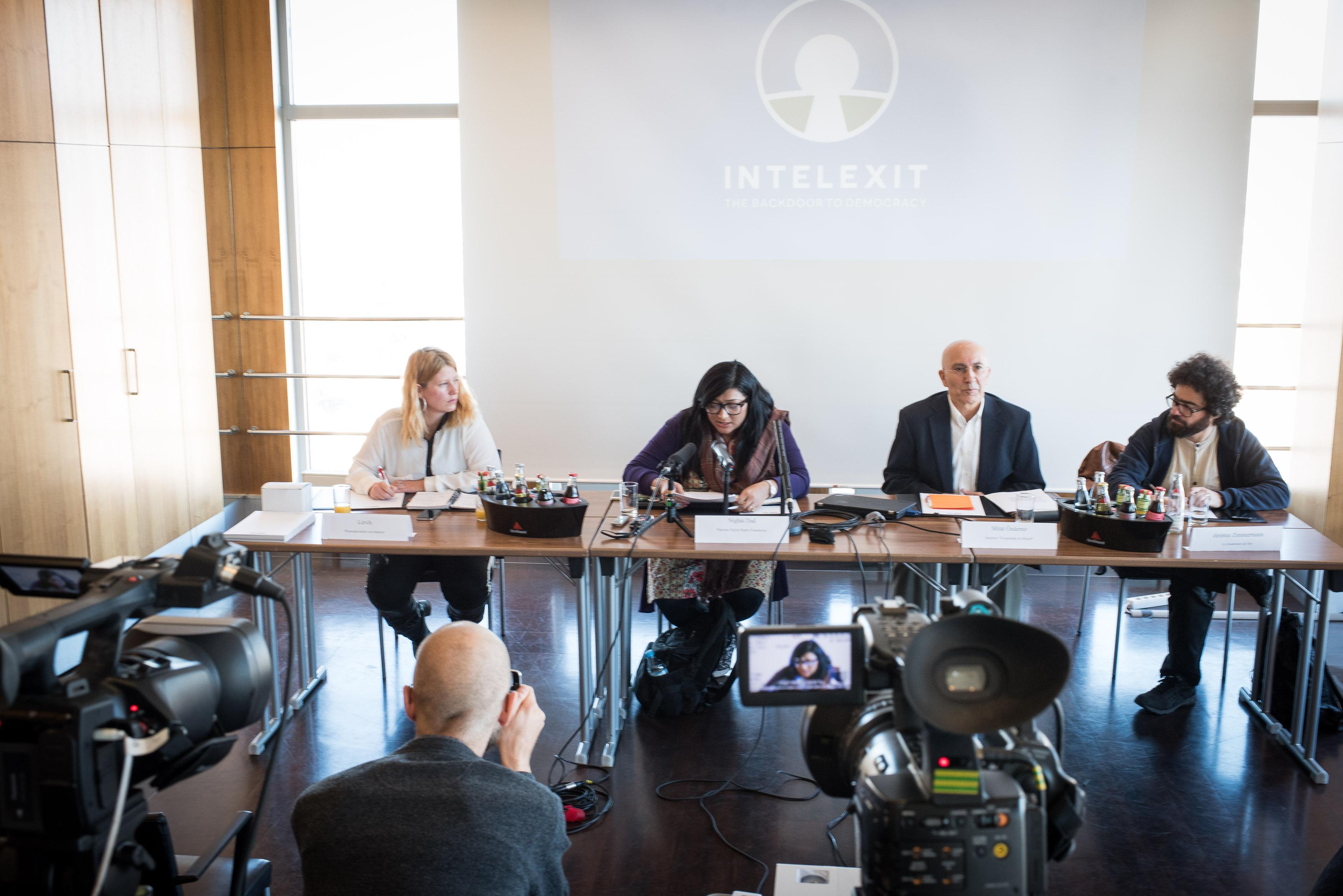 Nighat Dad spricht bei der Intelexit Pressekonferenz (Bild: Intelexit)