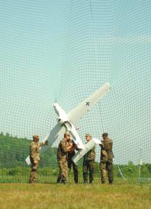 """Die """"LUNA"""" muss in eigens postierten Netzen gelandet werden - ein deutlicher Vorteil für den """"Camcopter"""". Nach Angaben der Hersteller kann dieser selbst Netze abwerfen."""