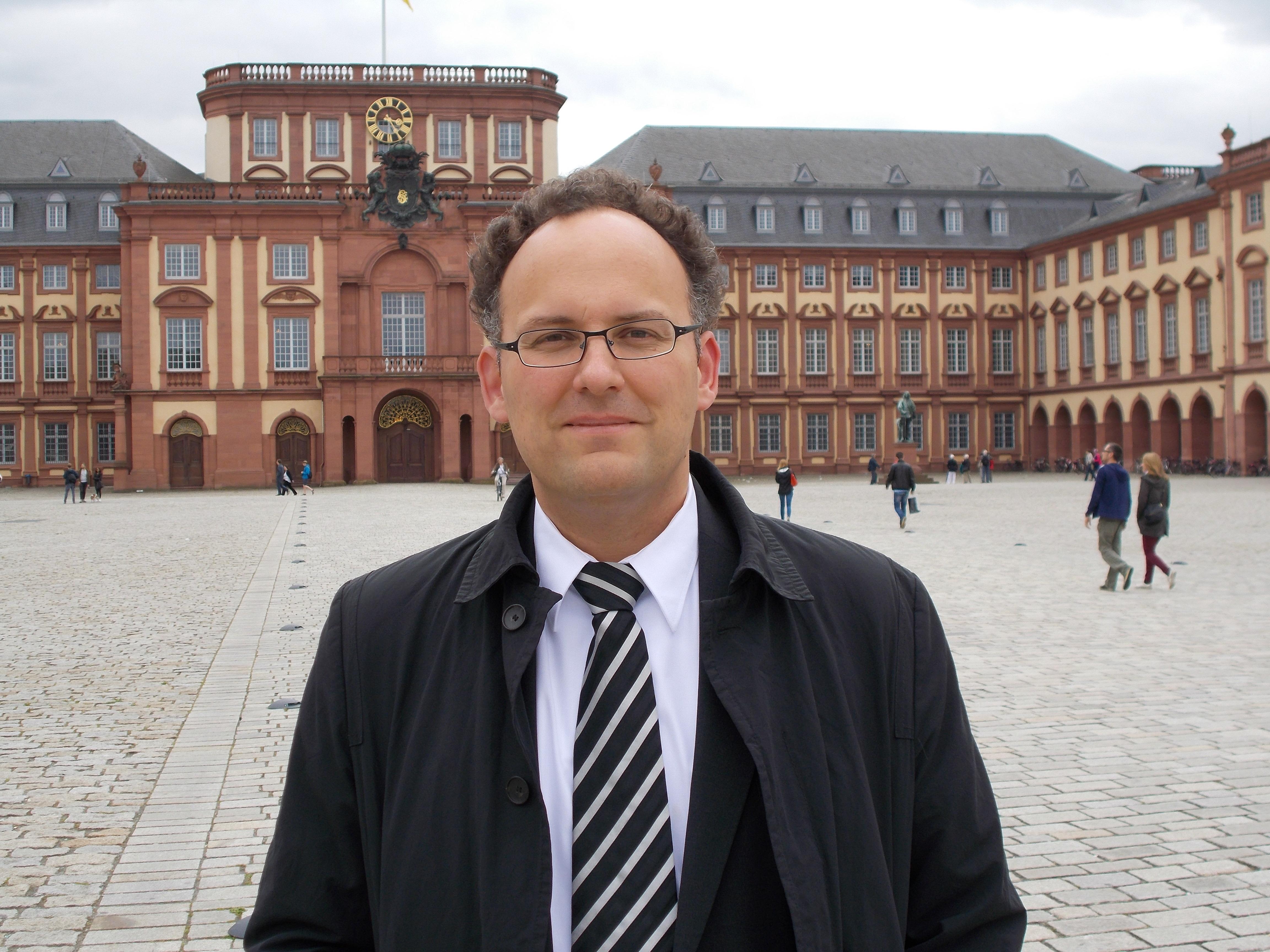 """Wikipedia: """"Matthias Bäcker ist ein deutscher Rechtswissenschaftler. Er ist Professor für Staats- und Verwaltungsrecht an der Ludwig-Maximilians-Universität in München."""""""
