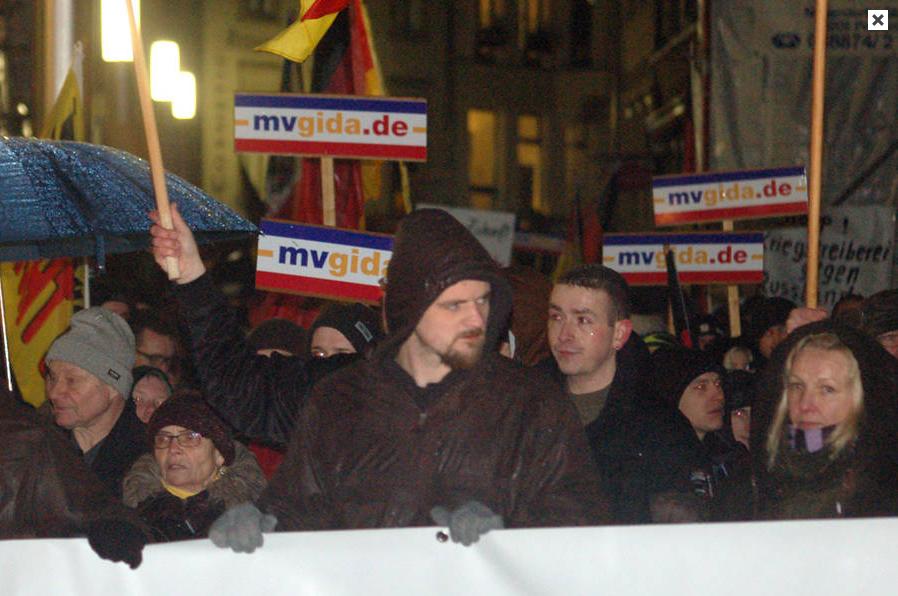 Mvgida-Anhänger werben für Demokratie und Nazi-Aussteigerprogramm   ENDSTATION RECHTS. 2015-01-27 14-32-53