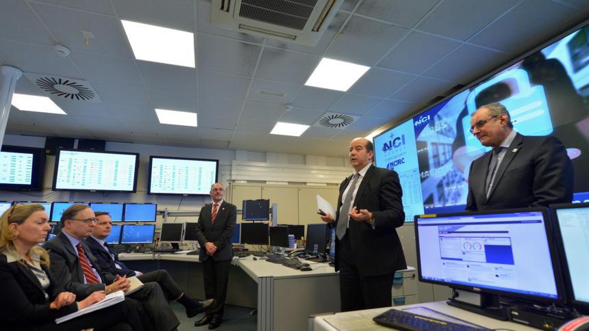 """Besuch im """"Cybersicherheitszentrum"""" der NATO. Die EU fordert mehr Zusammenarbeit."""