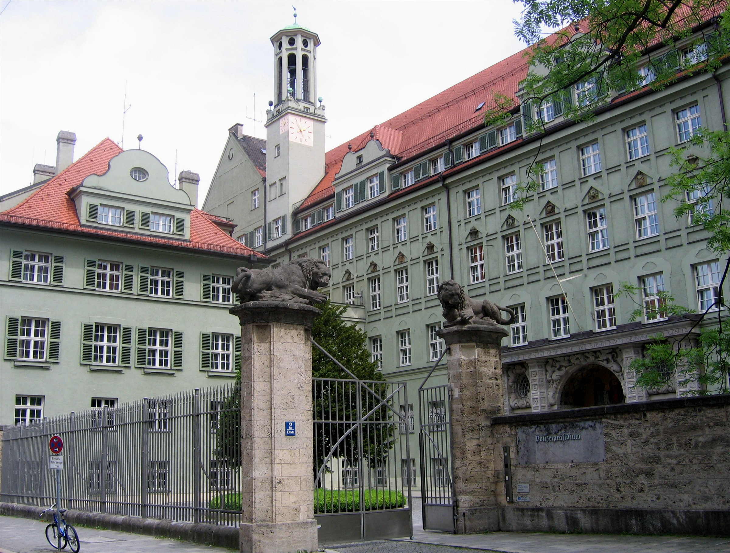 Hat die Verbindungs- und Ortsdaten von 70.000 Handys: Polizeipräsidium München. Bild: Rufus46, Lizenz: Creative Commons BY-SA 3.0.