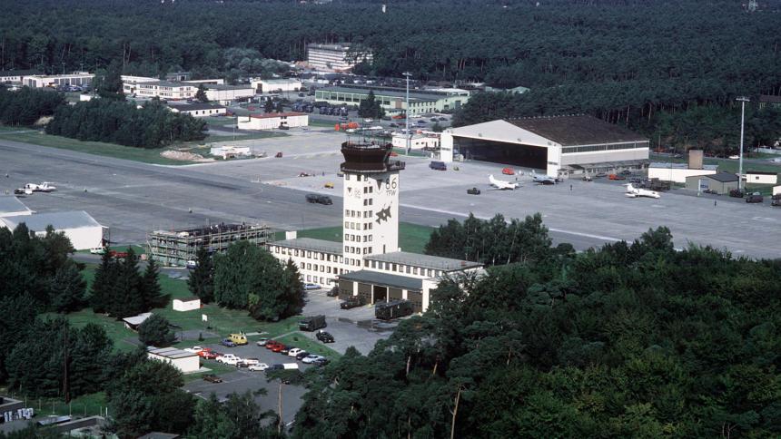 Die US-Basis Ramstein in Rheinland-Pfalz. Laut Medienberichten dienst sie auch als digitaler Knoten für den US-Drohnenkrieg in Asien und Afrika (Bild: Wikipedia).
