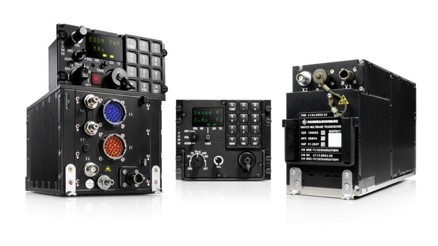 """Funkgeräte von Rohde & Schwarz der Baureihe """"MR6000A"""" mit Zusatzmodulen. Sie dienen der Kommunikation mit der Flugsicherung."""