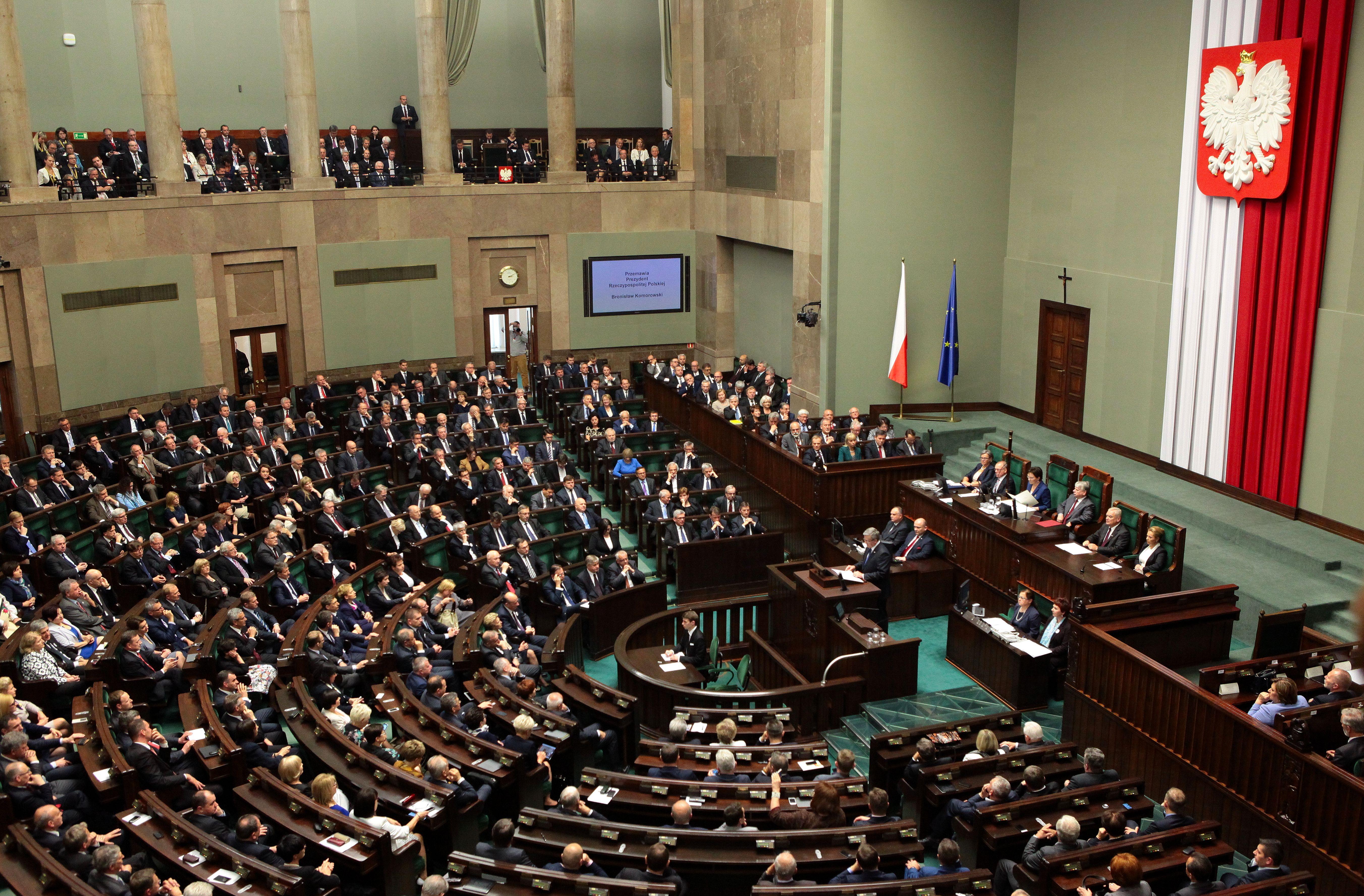 Im Sejm, einer Kammer des Parlaments, verfügt die PiS über die absolute Mehrheit (CC BY-SA 3.0 PL by Katarzyna Czerwińska).