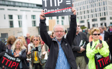 Protest gegen TTIP in Berlin. Bild: Mehr Demokratie e.V.. Lizenz: Creative Commons BY-NC 2.0.