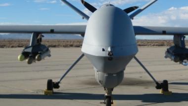 """Eine militärische """"Predator""""-Drohne, hier mit Raketen. Einsätze in den USA erfolgten unbewaffnet."""