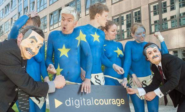 Unterschriftenaktion der Aktivistengruppe Digitalcourage vor dem Berliner Innenministerium / Foto: digitalcourage CC BY-SA