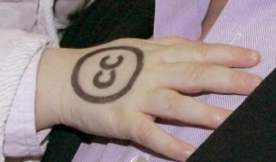 Lara Henckel von Donnersmarcks Hand mit CC-Signet