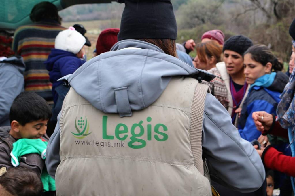 Tara und andere Legis-Freiwillige verteilen Essen und Kleidung in Idomeni. Foto: CC-BY-SA Rebecca Ciesielski