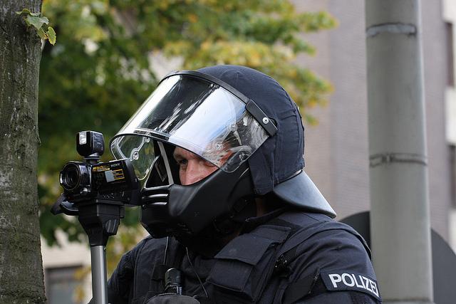 Die Beweissicherungs und Festnahmeeinheit filmt.(CC BY-NC-ND 2.0) airsoenxen via flickr
