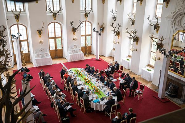 Dezent geht anders: Der G6-Stammtisch unter deutschem Vorsitz auf Schloss Moritzburg.