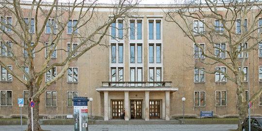 Das von den Nazis als Monumentalbau errichtete ehemalige Flughafengebäude in Berlin-Tempelhof, nun Sitz der Staatsschutzabteilung des LKA.