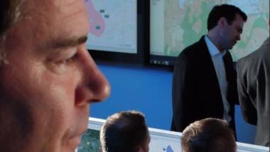 Männer, die auf Monitore starren: Werbung für das System TARANIS, über das Informationen zu Drohneneindringlingen verteilt werden können.