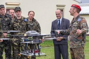 """""""Hauptmann Gehm bei der Frequenzmessung mittels Tricopter."""""""