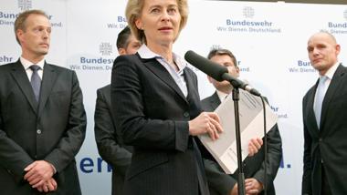 Verteidigungsministerin Ursula von der Leyen veröffentlicht Gutachten, dessen Ergebnis sie selbst hintertreibt (Bild: BMVg).